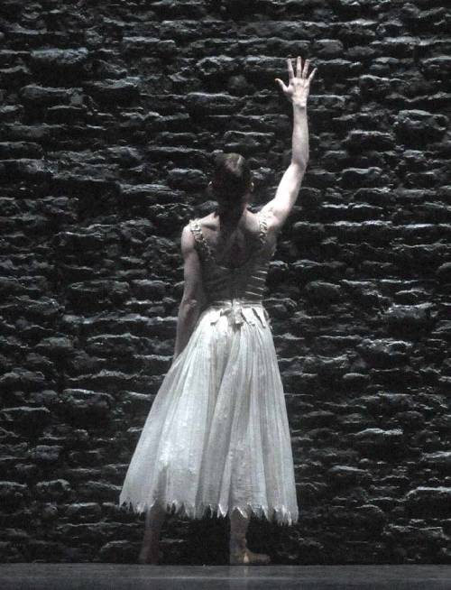 "Leanne Benjamin in Kim Brandstrup's ""Invitus/Invitam"" - The Royal Ballet"