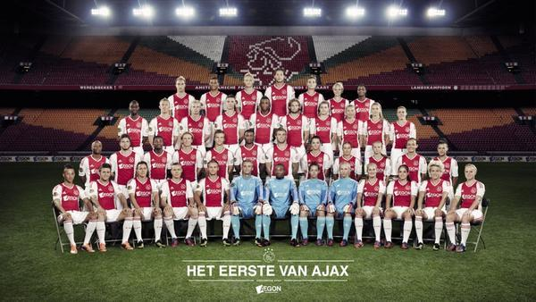 A historical moment: joint team photo between Ajax's men and women's team (who were inaugurated this year) via @jouracule