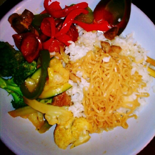 #Dinner. :)  #MixedVegetables w/ #pork. #HotLinks w/ #bellPepper. #Food #mien #rice #yum  (Taken with Instagram)