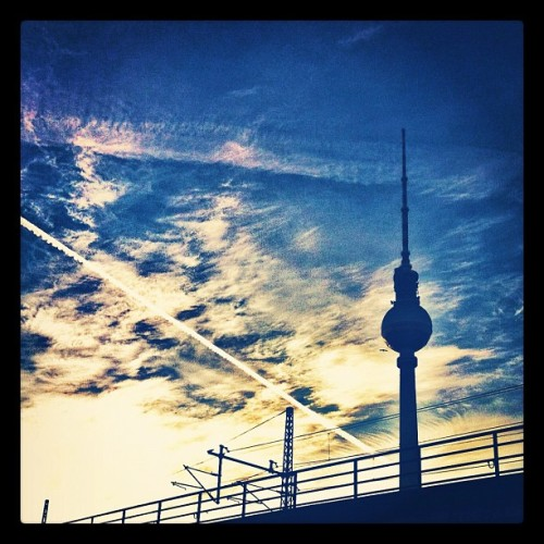 #morning #sun #berlin #tvtower #fernsehturm #blue  #sky #cloud #plane #ig #igers #igpic #igsky #igsun #ignice #iphone4 #igberlin #instapic #instasky #instasun #instacool #igcloud  (Wurde mit Instagram aufgenommen)