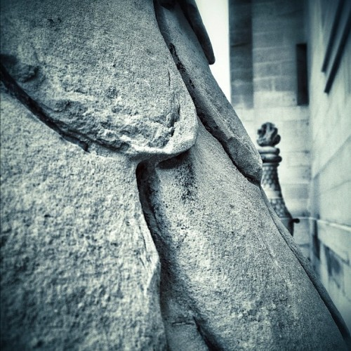 Rugosité / Ruggedness || #paris || #photography #invalides #stone #wall #urbanart (Pris avec Instagram à Hôtel National des Invalides)
