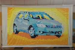 Muenchen: Volkswagen 6 Werbung (2012) Post-it Notes auf Plastikplane, 5+7 Farben, 4284 Post-it Notes, 7,50 x 4,35 m  Schau dir das Video hier an.   Unsere erste Post-it Installation für ein Werbeplakat. Dies war eine Arbeit für BBDO Belgien und Volkswagen. Vielen Dank an den Produzenten pixies content!  Pixel-art: Andreas Kopp Posting: Andreas Kopp, Marisaura Lopez, Felix Wiedemann, Elena Kotter Trage dich in unseren Newsletter NOTES THAT STICK für inspirierende Notes.