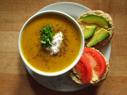 garden-of-vegan:  roasted butternut squash soup, whole wheat baking powder biscuit with roasted garlic hummus, tomato, & avocado