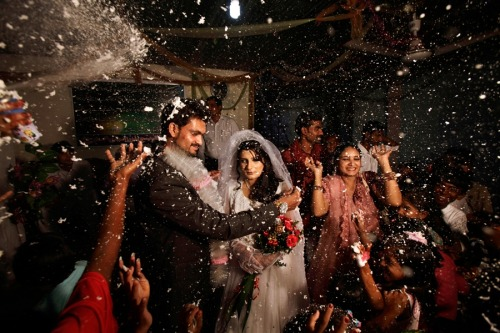 fotojournalismus:  Pakistani groom, Phaloos Sohtra, 22, unveils his bride Shabana Gill, 20, during their wedding in a church in a Christian neighbourhood in Islamabad, Pakistan, on Oct. 5. [Credit : Muhammed Muheisen / AP]
