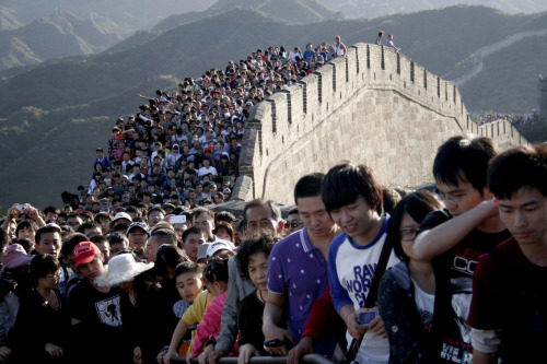 pritheworld:  Photo of the Day: Tourists gather on the Great Wall outside Beijing. Major tourist destinations around China are witnessing travel peaks amid the eight-day mid-autumn festival and National Day holidays that run through until Sunday, Xinhua News Agency reported. (Photo: Reuters/Stringer)