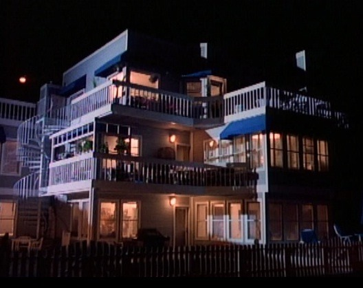 casawalsh:  This is the beach apartment where Kelly and Donna live. That's 2 people. SO WHY IS EVERY LIGHT ON IN EVERY SINGLE ROOM!!??