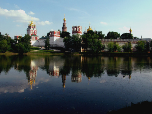 Novodevichy Convent, Moscow, Russia. On the Moskva River. Новоде́вичий монасты́рь.