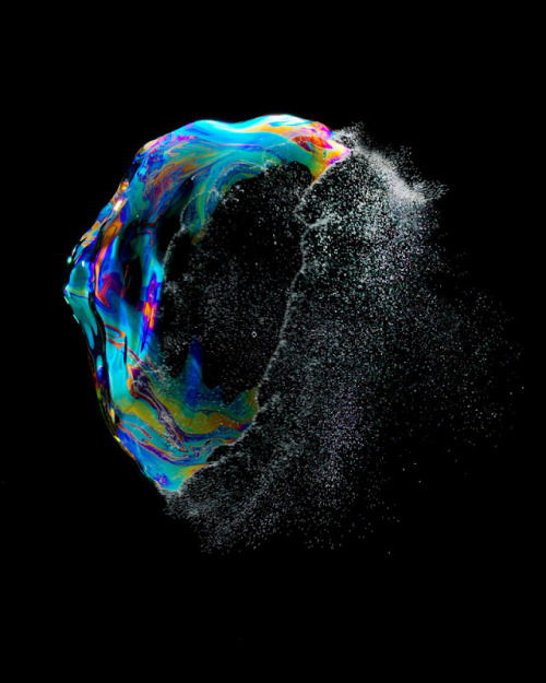 pulmonaire:  Iridient (Bursting Soap Bubbles) by Fabian Oefner