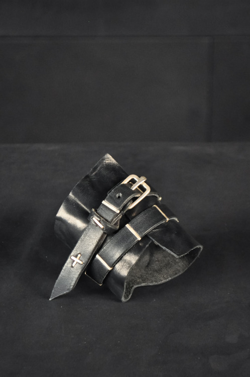 fractamateria:  M.A + horse leather braceletRaelly want this one, looking for a decent wrist jewelry  for ages…