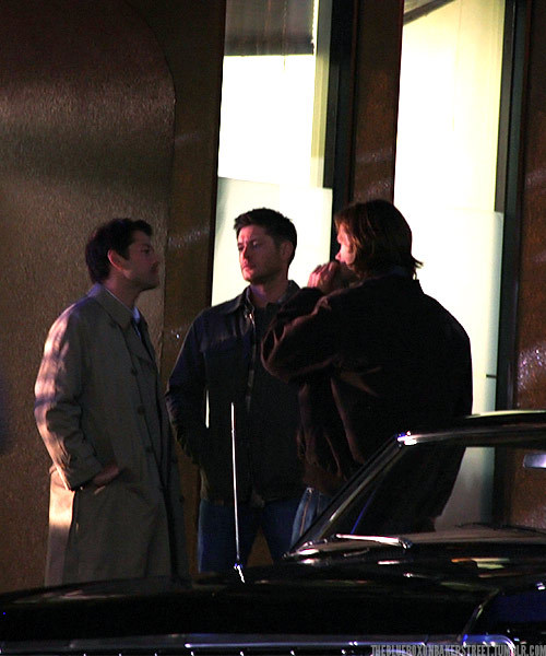 theblueboxonbakerstreet:  Supernatural set pictures  GUYS I FEEL I NEED TO CLARIFY THIS PHOTO THAT WASN'T DEAN AND CAS STARING SOULFULLY INTO EACH OTHERS EYES THEY WEREN'T FILMING THAT WAS MISHA AND JENSEN THEY WERE JUST DOING THAT