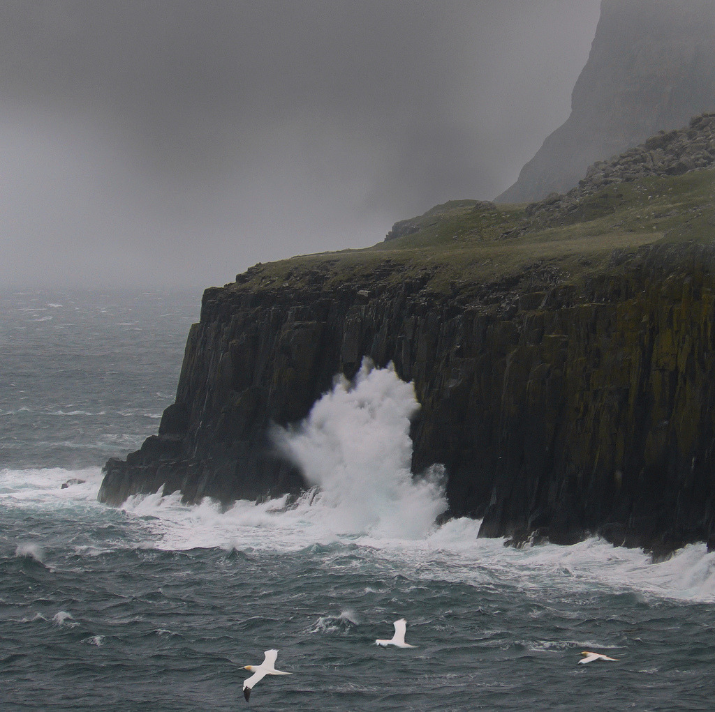 dearscience:  High waves hit coastline of Skye