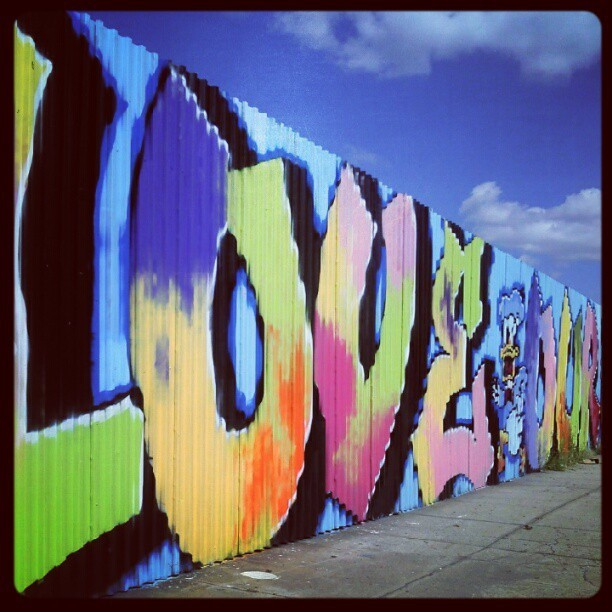 Love in Williamsburg - #graffiti #love #mural #streetart #williamsburg #greenpoint #brooklyn #newyork #nyc #streetartnyc  (Wurde mit Instagram aufgenommen)