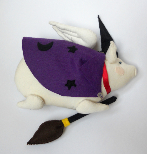 Tutorial: Make a Broom for your Flying Pig* on Flickr.Via Flickr: *or other plushies that need a broom. Although as it is a flying pig…it doesn't really need the broom, it's more of a status symbol. Tutorial can be found on my blog - themasonbee.blogspot.co.uk/2012/10/halloween-crafting-mak…  N.B. The flying pig was a Tilda pattern. The cloak, hat and broom, were designed and created by me.