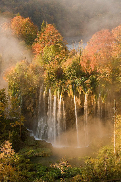 visitheworld:  Autumn colours in Plitvice Lakes National Park, Croatia (by WWFTurismo).