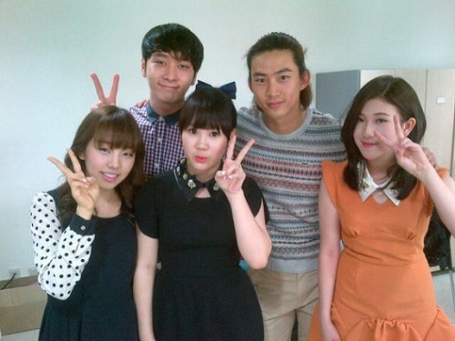 "2PM's Taecyeon and Chansung visit 15& and Baek Ah Yeon at 'Inkigayo'  Taecyeon's Twitter: ""I dropped by at 'Inkigayo'~ The kids were using the waiting room together, so we snapped a photo~ Keke."""