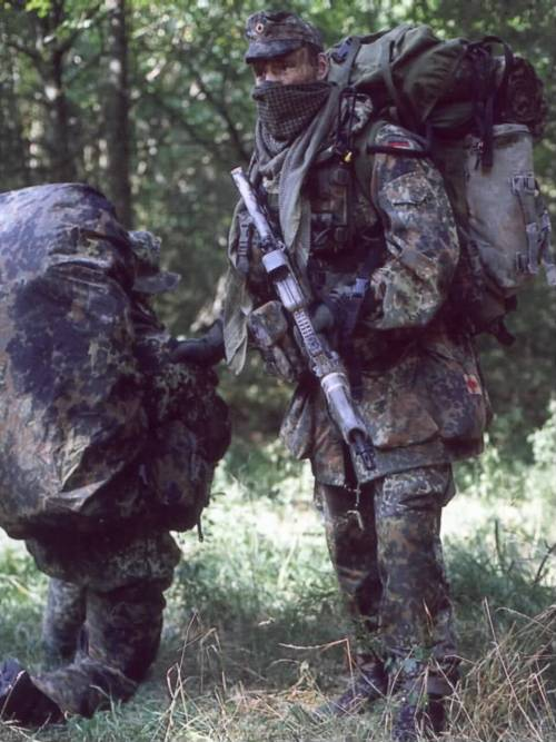 Flecktarn… Supposedly a member of the German KSK, a special forces unit with members handpicked from the Bundeswehr. Judging from the handguard length, he is probably carrying an H&K G36K with a flat-top rail, hence the EoTech. It's interesting to note that his field cap is very reminiscent of the ones used in WWII.