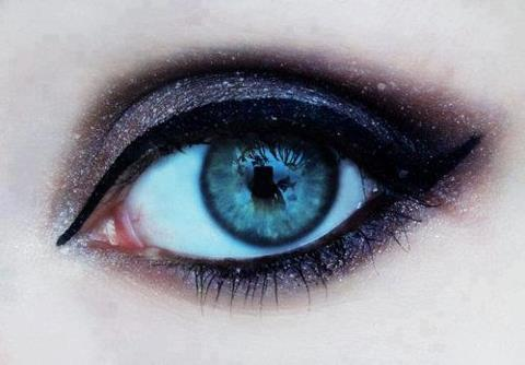 reblog if you wish you knew how to do this to your eyes ! <3