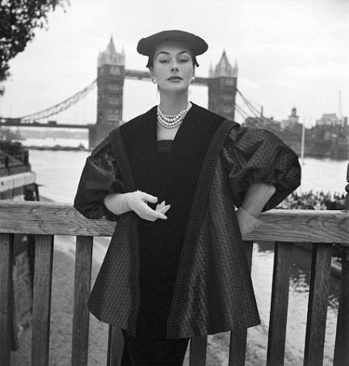 theniftyfifties:  Anne Gunning wearing an ensemble by Digby Morton, London, 1951. Photo by John French.
