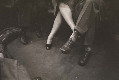 passeig:  Couple playing footsies on a subway. 1946. Stanley Kubrick