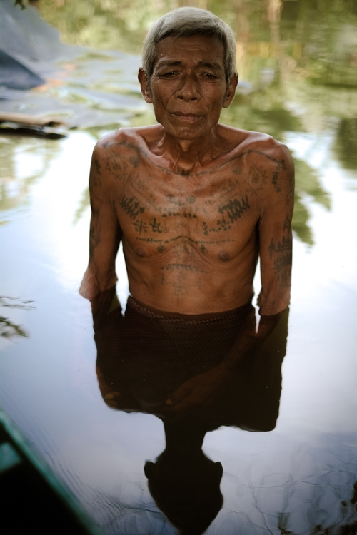 fotojournalismus:  Credit : Jean-Matthieu Gautier Old man near is flooded house, in north Cambodia, Since September 22, the Banteay Meanchey province suffered heavy rains and water gets coming from Thailand (on the north), causing unprecedented floods in the region.Hundreds of families have fled from their homes to seek refuge in the hills.
