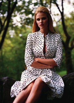Fashion photography, Lara Stone by Alasdair McLellan for Vogue Paris November 2011 (via: opaqueglitter)
