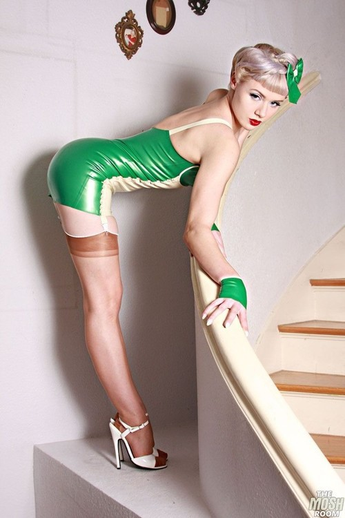 biggerharderfaster:  amazing pin-up shot. #shiny #sexy #awesome #heels #stockings #stairs #photo