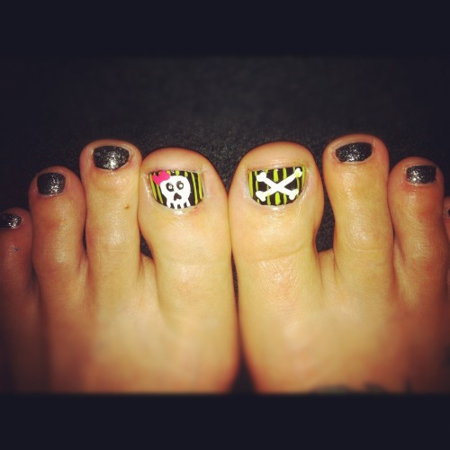 Halloween (toe) nails! A simple skull and cross bones for the start of my favorite month, October!