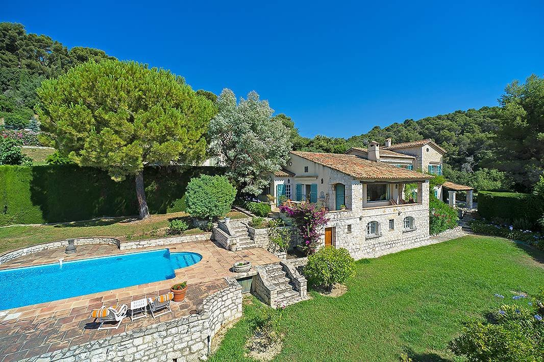 Provençal style 4 bedroom villa in La Colle Sur Loup with southerly exposure walking distance to the village…. How very French! OK it may need some updating but it has wonderful potential.