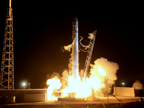 SpaceX Dragon Launches first Commercial Flight