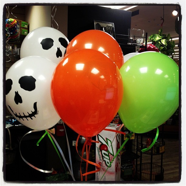 Mini balloons!!!! #halloween #spirit #skeleton #witch #monster #green #orange #white #fun  (Taken with Instagram at VONS)