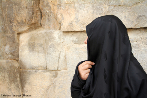 [Flickr] Woman wearing a chador in Takht-e Jamshid, Persia, Iran