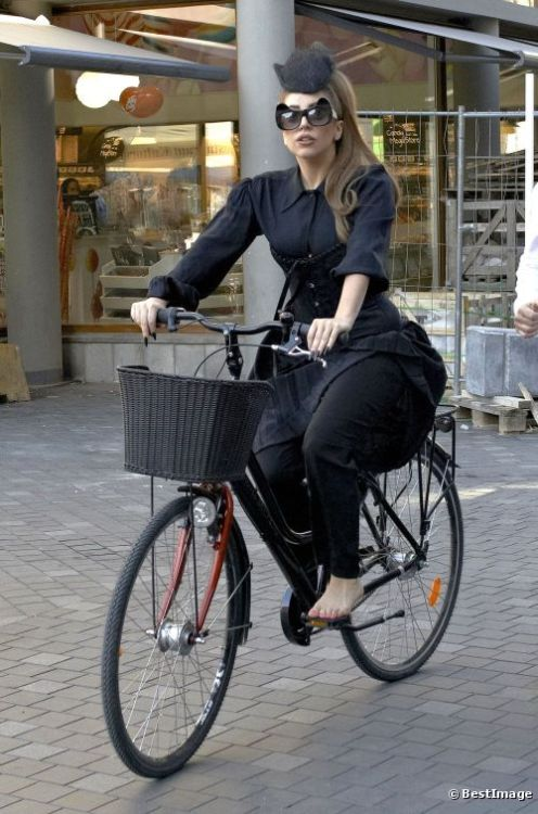 http://www.celebrityredcarpet.co.uk/article/lady-gaga-goes-for-a-bike-ride_a1133/1