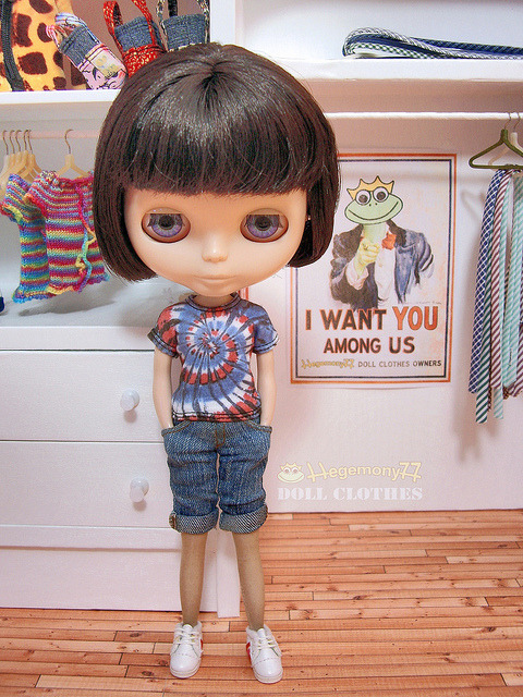 Blythe doll in knee length washed denim jeans shorts and tie dye t shirt on Flickr.Doll clothes and photo made by Hegemony77