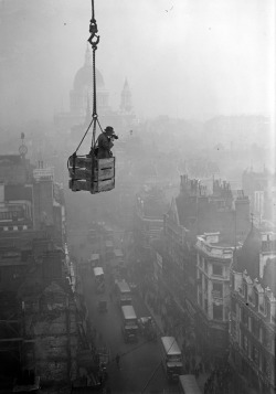 gacougnol:  2. December 1929. Photographer on Fleet Street (Photo by Fox Photos/Getty Images)