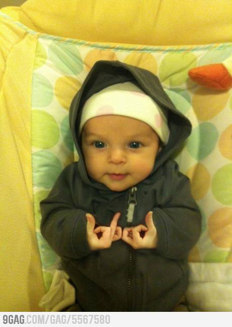 This is freaking adorable.  I love babies… =3