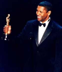74th Academy AwardsMarch 24, 2002 Denzel proudly shows his Oscar for his role in Training Day.
