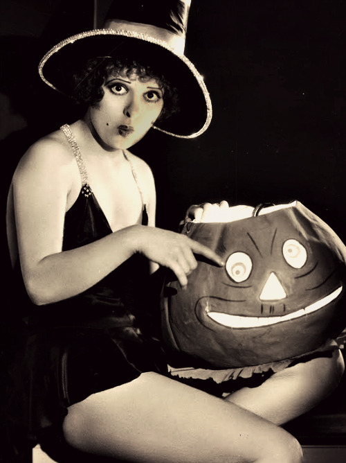 gravesandghouls:  Clara Bow photographed by Robert Ritchie