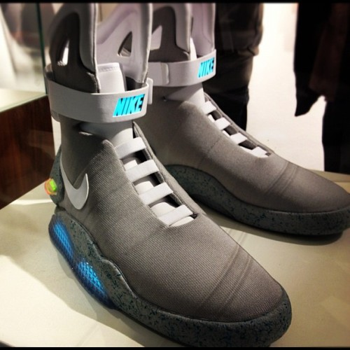 Grab your hoverboard and swoosh away… krueps:  Back to the future. #nike #mag #sneaker #sneakergram (Wurde mit Instagram in Sneakers Museum aufgenommen.)