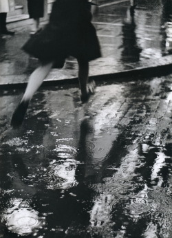 blua:  Crossing the road London 1937 by Wolf Suschitzky