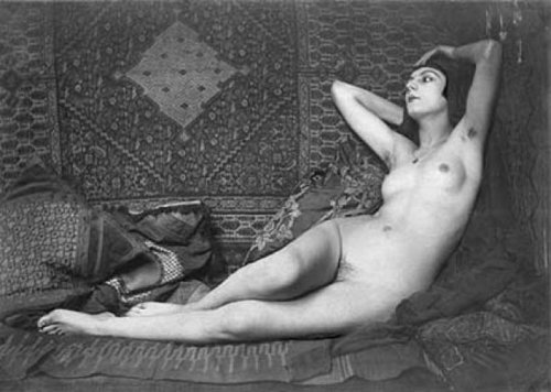 etund:  Kiki, by Man Ray in 1925. Rumor had it that she could only grow pubic hair when she was in love.