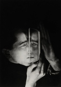 etund:  Albert Braun with Mirror, 1928. Photo by Lotte Stam-Beese.