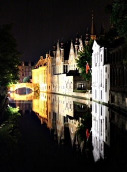 travelingcolors:  Night at the canals, Bruges | Belgium  Photo taken by me (travelingcolors)