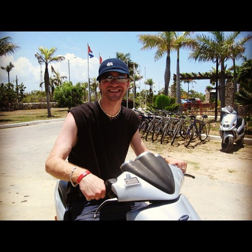 Last Cuba throwback. Moped out this bitch. Good times. 2004. #tbt #throwbackthursday #bloke #moped #cuba #bike #beach #travel #sun #hot #aussie #australian #cap #hat #stussy #moto #love #life #fun #caribbean #oldschool #young #guy #man #dude #happy  (Pris avec Instagram)