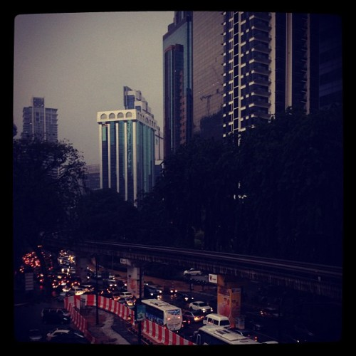 Rainy evening.. Plus stupid jam.. #kl #traffic #iphoneography #evening  (Taken with Instagram)