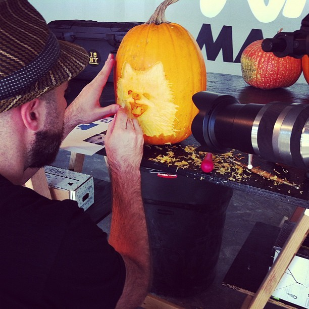 skylovestoeat:  Storyboard shoots the pumpkin carving maestros @maniacpumpkins. @tumblr #halloween #tommypom #pumpkins #brooklyn (Taken with Instagram at Maniac Pumpkin Carvers HQ)