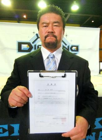 Kensuke Sasaki [46] announced that he will be undergoing surgery due to suffering from a cervical spine hernia. Sasaki has been dealing with the pain of the injury for quite sometime and that the doctors have suggested that he look into having surgery to correct the problem. Sasaki will be having the procedure done in mid-November.Sasaki was diagnosed with cervical disc herniation between sixth and seventh cervical vertebrae and will be undergoing laser surgery to try and relieve the compressed disc. Sasaki has promised that he will indeed return, but for now it is time for him to rest and return when he is stronger and better than ever.Sasaki also stated that he will leave Katsuhiko Nakajima in charge of the Kensuke Office boys and he hopes that his boys, more specifically Kento Miyahara, will continue to grow in his absence.
