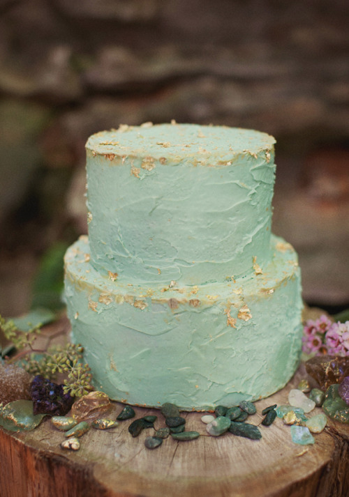I absolutely love this unique #wedding cake idea! #goldleaf #seafoam (via @ruffledblog)