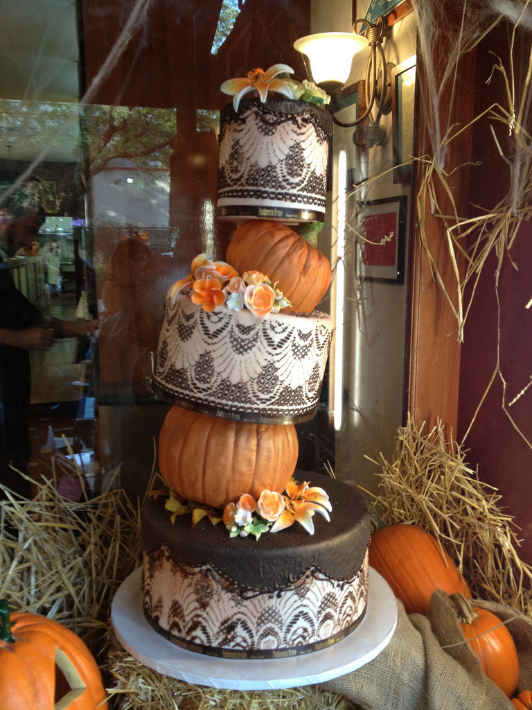 pad408:  Halloween Wedding Cake Via Manfredi Francesco http://flic.kr/p/diT9c3