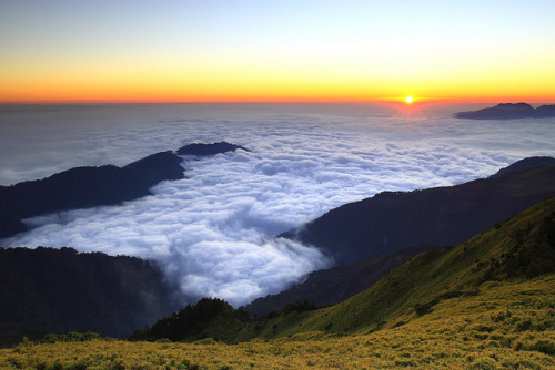 esteldin:  拋媚眼 sunset @ Hehuanshan by Thunderbolt_TW on Flickr.