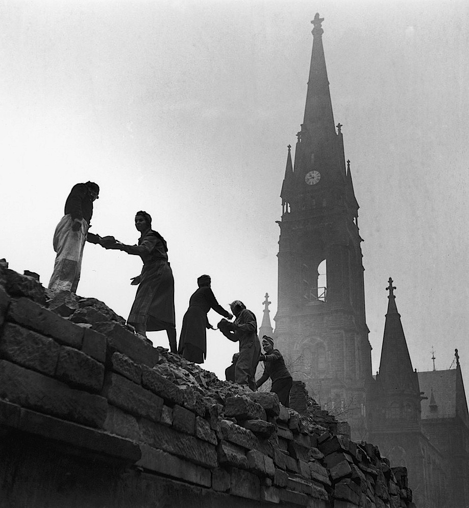 undr:  Fred Ramage Rebuilding of Old Dresden that was bombed in World War II. 1946